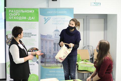 О.П. Дружакина вручает подарки студентам