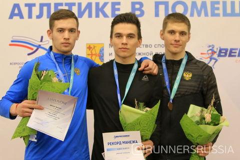 Чернышев (в центре)