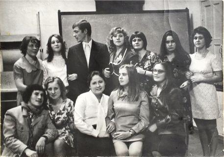 В актовом зале 4 корпуса (в центре - Владимир Кананин), 1975 г.