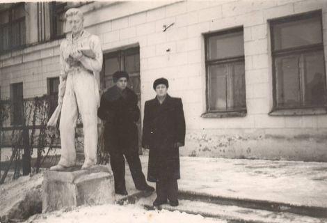У памятника Студенту, 2 корпус УГПИ, январь 1958 г.