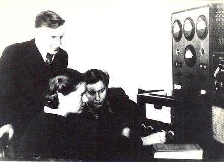 На занятиях в лаборатории, 1950-ее гг.